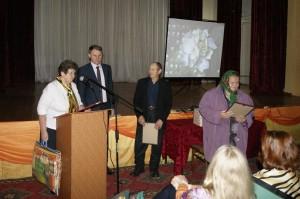 Председатель районного Совета ветеранов Александра Шишебарова и глава Бабушкинского района Владимир Порошин поздравили на конференции ветеранов Рослятинского сельского поселения.