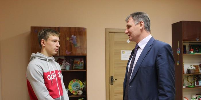 Владимир Порошин (справа) желает призывнику отличной службы.
