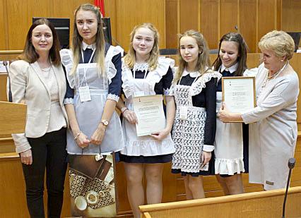 Ида Пискунова (справа) с командой Бабушкинской школы, занявшей I место в «Правовой академии».