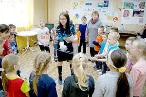 Екатерина Вахрушева ведет занятие с воспитанниками лагеря «Сказка».