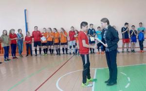 Наталья Сидорова вручает диплом лучшему бомбардиру Игорю Князеву.
