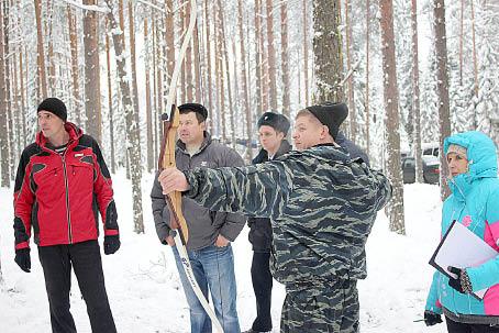 Команда «Бабушкино-2» показывают свою меткость в стрельбе из лука.