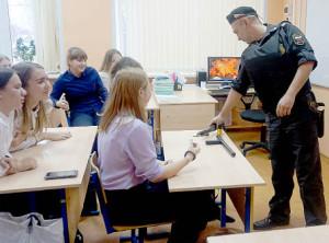 Игорь Манойлов знакомит школьников с обязанностями судебного пристава по обеспечению установленного порядка деятельности судов.