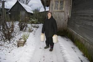 Нина Торопова пошла с канистрами за водой в соседнюю деревню.