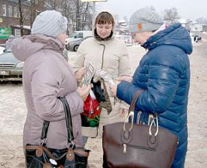 Специалист комплексного центра Наталья Дерягина раздает буклеты жителям села имени Бабушкина.