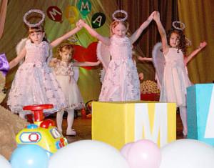 Всем женщинам дети детского сада «Березка» подарили свой танец.