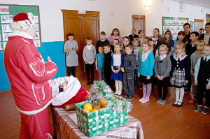 Посланник Деда Мороза в гостях у ребят Логдузской школы.