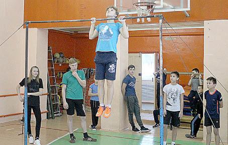 Алексей Репницын (на перекладине) занял первое место среди юношей своей возрастной группе.