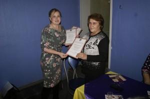 Татьяна Жирохова (слева) вручает Благодарственное письмо Екатерине Пятовской.
