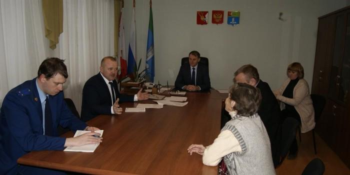 Сергей Яковлев (слева в центре) проводит прием граждан.