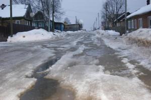 На улице Бабушкина по дороге бежит вода.