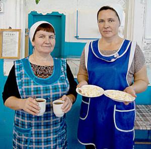 Светлана Козицына и Галина Шишебарова накрывают обеденные столы