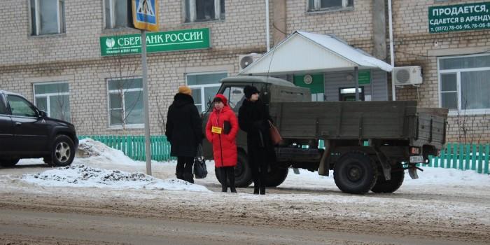 Дженни Синицына и Анастасия Гаврилова во время рейда ведут разъяснительную работу с пешеходами.