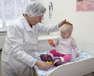 Галина Бабикова осматривает маленькую пациентку Вилену. Малышке исполнился годик, и она c мамой пришла на плановую прививку.