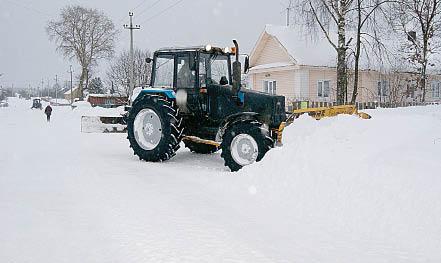 Снег на улицах села имени Бабушкина расчищается колесными тракторами.