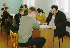 Юноши сверяют личные данные при первоначальной постановке на воинский учет.