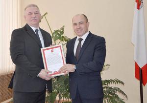 Председатель Комитета гражданской защиты и социальной безопасности Правительства области Александр Колычев (справа) поздравил главу района Павла Скобина.