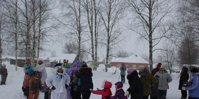 Напоследок участники «Зимних забав» объединились в веселый паровоз.