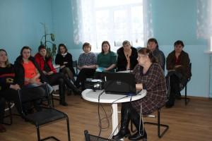 Евгения Зарубина читает лекцию по онкологии сотрудникам «Комплексного центра социального обслуживания населения».