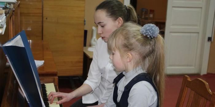 Анастасия Вахрушева даёт урок игры на фортепиано Кате Коробовой.