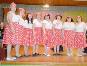 Отличную концертную программу подарили женщинам участники художественной самодеятельности Демьяновского КДУ. На сцене - коллектив «Завалинка».