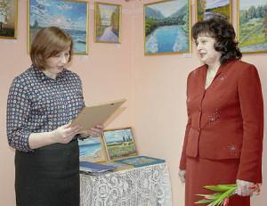 Наталья Репницына вручает Благодарственное письмо Валентине Урюпиной.