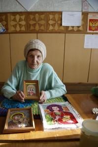 Тамара Дмитриевна со своей первой работой «Святая Тамара» (в руках).