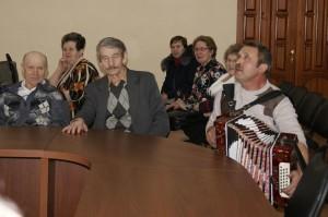 На встрече звучали песни под гармонь.