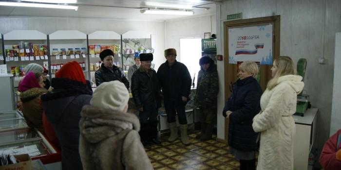 Встреча Татьяны Никитиной (вторая справа) и Татьяны Жироховой (первая справа) с жителями деревни Козлец проходила в местном магазине.