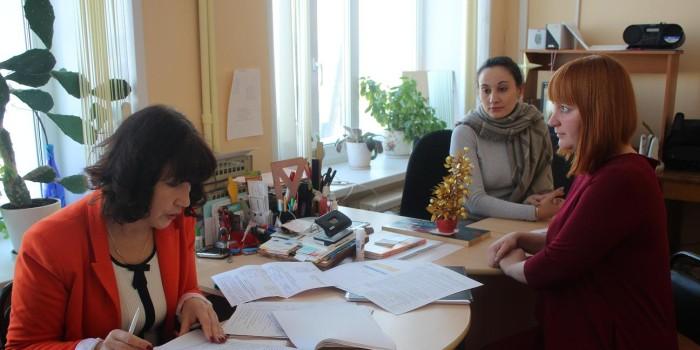 Ольга Смирнова (слева) беседует с социальным педагогом Юлией Девятиловой (в центре) и педагогом-психологом Зоей Бахаревой (справа).