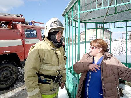 Пожарные ПЧ № 144 села имени Бабушкина на учениях в КЦСОН.