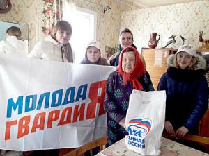 Галина Оводова под надёжной опекой ребят из «Молодой гвардии» Бабушкинского района.