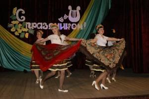 Зажигательный танец с платками исполнила для всех танцевальная группа Миньковского Дома культуры.