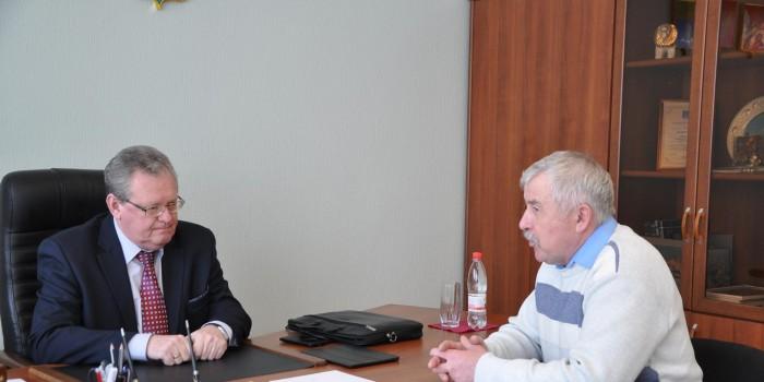 Эдуард Зайнак (слева) и глава сельского поселения Подболотное Сергей Чежин обсудили несколько проблем. Первая касается каждого жителя нашего района, и связана она с предполагаемой заменой газовых баллонов за счет потребителя.