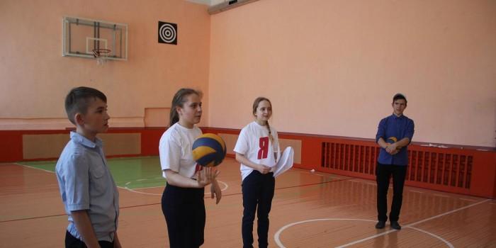 Молодогвардейцы объясняют пятиклассникам правила очередного этапа соревнований.