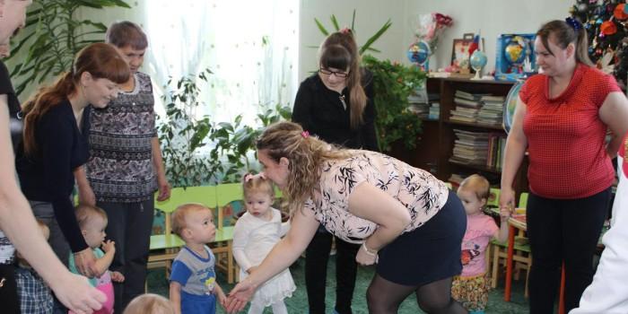 Занятие ведёт педагог-психолог Елена Поспелова (справа).