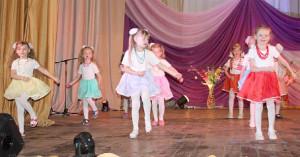 Воспитанники детского сада № 2 «Солнышко» с «Танцем маленьких модниц».