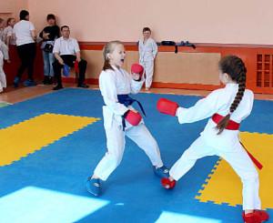 Во время соревнований Ульяна Мезенева (слева) и Анастасия Попова (справа).