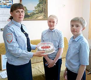 Наталья Кожевникова поздравляет ребят с успешным выступлением на конкурсе.