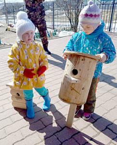 Воспитанники детского сада ждут, когда их скворечники будут закреплены на деревьях.