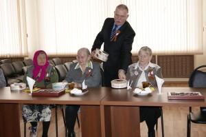 Глава района Павел Скобин вручил ветеранам подарочные наборы.