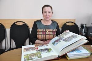 Любовь Голубцова, рядом - альбомы с отчетом о проделанной в 2017 году работе.