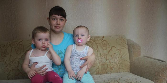 Счастливая мама Анна Казиева с малышами Елизаветой и Артёмом.