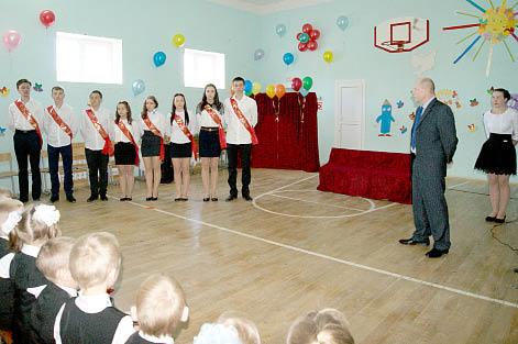 Директор школы Андрей Шушков приветствует выпускников.