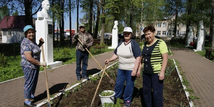 Ветераны села имени Бабушкина готовят почву для посадок в цветнике аллеи Славы.