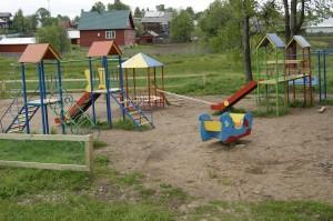 На игровой площадке, расположенной в центре села Миньково, - новое ограждение.