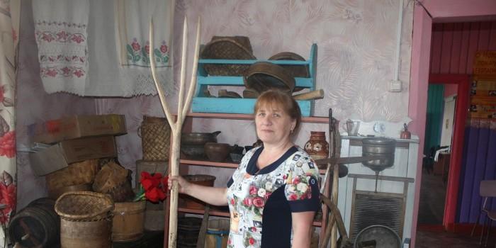 Гостеприимная Вера Девятилова показала мне старинные вещи, хранящиеся в Зайчиковском музее.