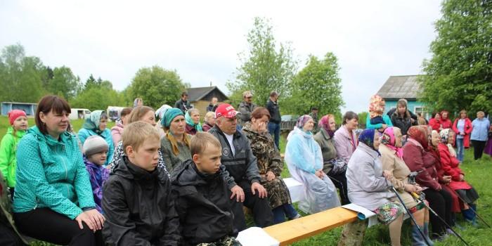 Жители и гости деревни на празднике.