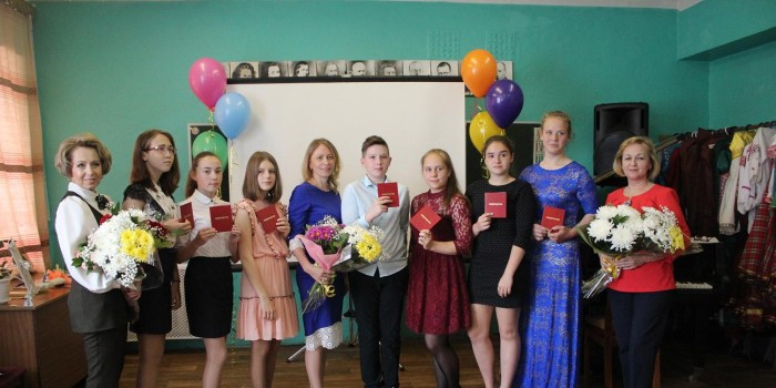 Выпускники музыкальной школы с директором Ириной Шишебаровой и педагогами Натальей Юниной (слева) и Светланой Даниловой (справа).