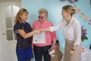 Татьяна Жирохова (справа) вручила Благодарность губернатора Вологодской области Екатерине Шеменюк (слева).